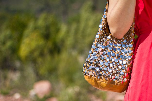 Al rojo vivo - Aunque no hay color que atrape más las miradas que el rojo, al vestido de esta semana le ha salido un claro competidor; el bolso tipo saco de tachuelas. Perfectos para deslumbrar!!