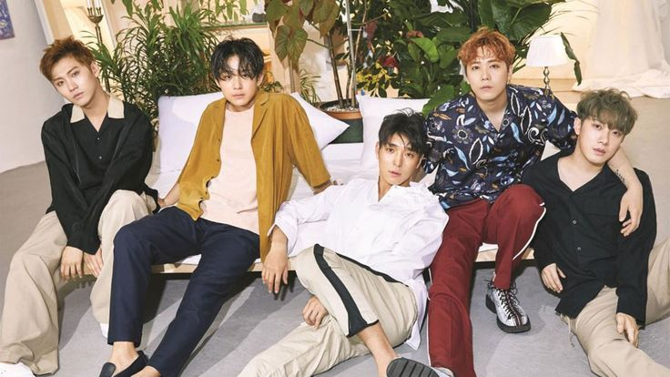 FTISLAND Members Invite Fans to Their Stall