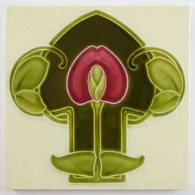 Beautiful English Art Nouveau tile by Godwin and Hewitt, decorated with a large stylised spade shaped flower, made circa 1905. The tile measures approximately 6 inch square and has the typical Godwin and Hewitt back with the registration number '450155' for 1905