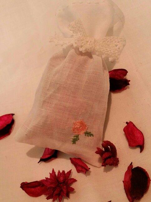 사셰 만들기 속이 비치는 린넨으로 사셰 만들어 꽃 포푸리를 넣어 서랍에 넣어줬어요 향기가 좋네요^^