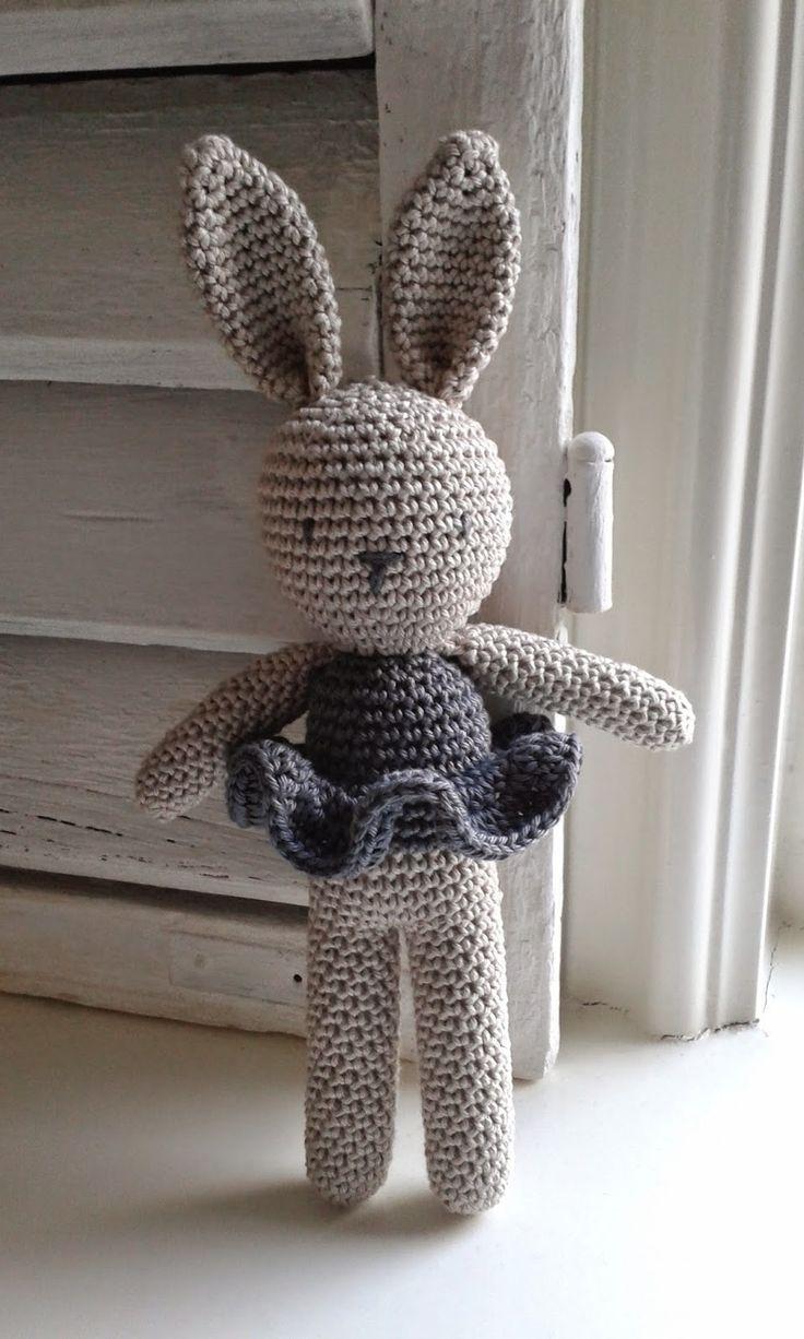 Op internet kwam ik een leuke foto  tegen van een gehaakt konijntje. Ik kon helaas geen patroon ontdekken. Ik heb 'de stoute schoenen aange...