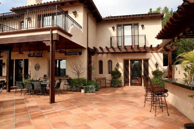 maison de style toscan avec garde-corps balcon en fer forgé