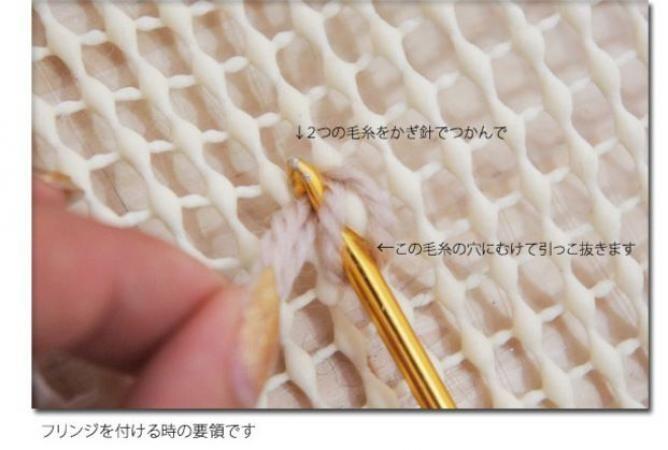 海外発!滑り止めマットで作れる簡単かわいい暖かラグ♪ 100均で材料全部そろっちゃうから、すぐにやってみたくなりますよ! 毛糸や古いTシャツを使って、オリジナルラグを作っちゃいましょう☆