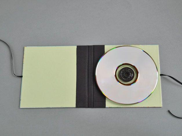 In dieser **CD- (oder DVD-) Hülle** kann **eine CD** schön aufbewahrt werden. Ein tolles Geschenk, für **Reisefreudige** :) Die Hülle ist dank der **2mm starken Pappe** sehr robust. Das...