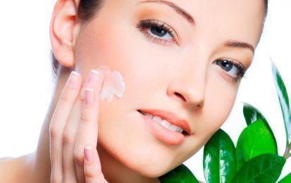 Come eliminare la macchie sul viso: i rimedi naturali - Le macchie sul viso sono un problema per  molte donne di tutte le fasce d'età. Rivolgersi ad un dermatologo è giusto, ma ci sono anche metodi naturali e curare l'alimentazione.