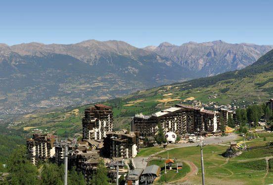 LES ORRES - A 1650 m d'altitude, au cœur d'une forêt de mélèzes, la station offre un belvédère unique sur le lac de Serre-Ponçon et la vallée d'Embrun.  #serreponcon #montagne  www.serreponcon-tourisme.com/les-orres.html