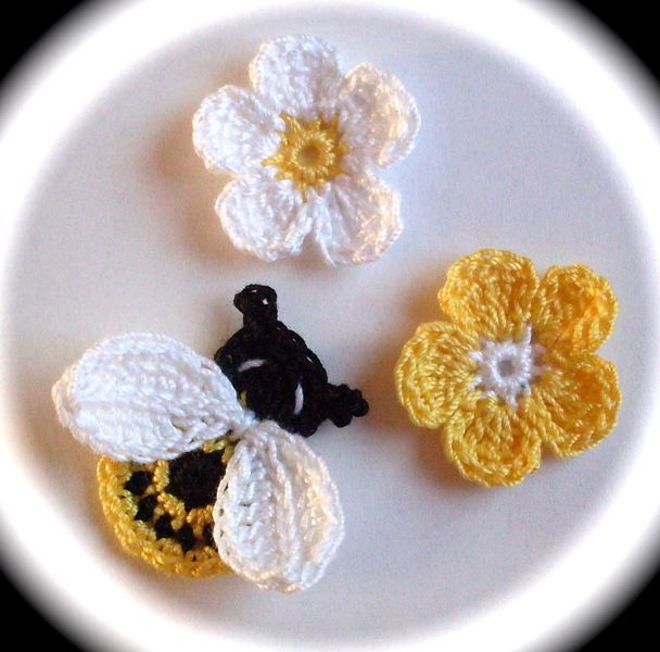 Biene Blumen gehäkelt Häkelblumen Aufnäher Applika von Indra auf DaWanda.com