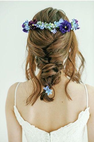 小花の花冠とダウンヘアで大人のリゾートスタイルに ウェディングドレス・カラードレスに合う〜ラプンツェルみたいな花嫁衣装の髪型一覧〜