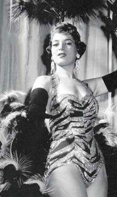 ATELIÊ MADAME VIOLET: TEATRO E REVISTA DÉCADA DE 50 E 60 Com seu corpo perfeito para os padrões da época, Elvira Pagã mexeu com a cidade, promoveu Copacabana internacionalmente e foi a primeira Rainha do Carnaval Carioca.
