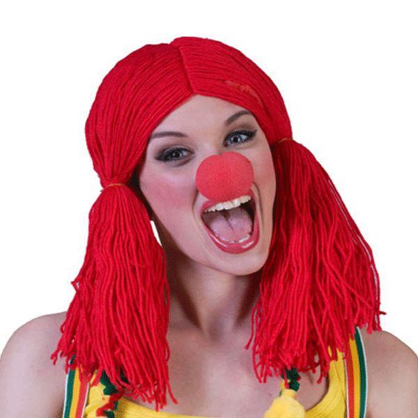 Rode clownspruik met staartkes  Grappige rode pruik van wol met twee staartjes langs het hoofd. Maak uw clownskostuum compleet met deze grappige pruik. Geschikt voor volwassenen.  EUR 7.95  Meer informatie