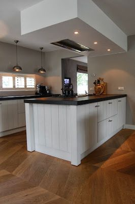 Stoer en robuust wonen: kijkje in de keuken Lampen boven het aanrecht.