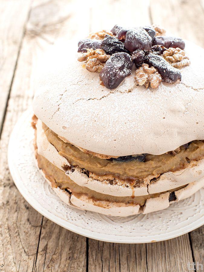 Wegański tort bezowy (dacquoise) z jaglanym kremem kawowym i daktylami