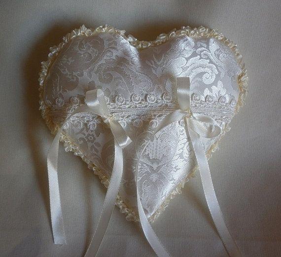 cuscino cuscinetto porta fedi in raso, cuore bianco avorio, accessori sposa, portafedi, cuscino per le fedi nuziali, anelli. By Stelleblucreazioni