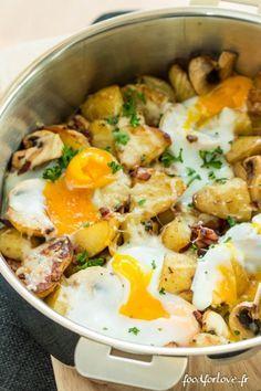 Brunch d'Automne  - 500 gr de petites rattes ou grenaille - 4 gros champignons - 125 gr de lardons fumés - 2 échalotes hachées - 2 gousses d'ail - Une poignée de Comté râpé - 4 œufs - Quelques brins de persil  - Une cuillère à soupe d'huile d'olive  - Fleur de sel  - Poivre du moulin