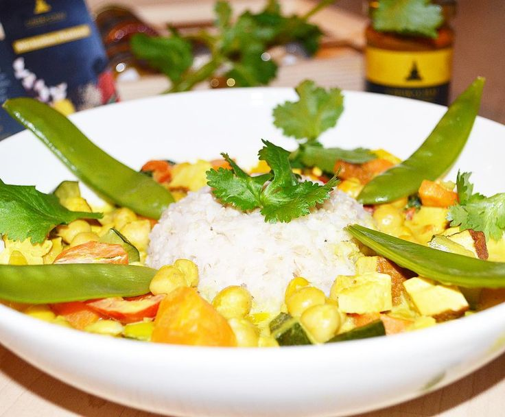 #gutenmorgen  Wer eine kleine Inspiration fürs #mittagessen benötigt  !  Kichererbsen-Tofu-Curry  Gemüse nach Wahl schnippeln. Bei mir gab es  Zucchini Möhren Paprika und Zuckerschoten! Ich brate mir den geräucherten Tofu und die Kichererbsen am liebsten immer an mit etwas Kokosöl . Alles zusammen mixen und  mit fettreduzierter Kokosmilch ( gibt es bei @rewe ) köcheln lassen. Dazu gab es die Yellow Curry Paste von @chokchai.thai.cuisine ( Werbung ) Gewürzt habe ich nach Geschmack noch mit…