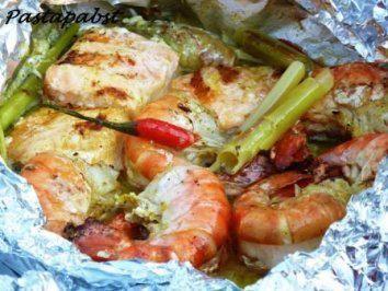 Das perfekte Curry-Fischpäckchen vom Grill-Rezept mit einfacher Schritt-für-Schritt-Anleitung: Das gefrorene Lachsfilet in 3 Stücke teilen. Die…