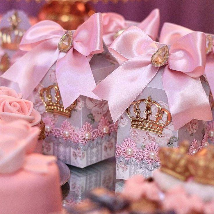 """Caixas de lembrancinha """"Tema Princesa para Isabella  Decoração Candice Fragoso Buffet #decorfestas Fotografia @veruskatoledo_fotografia  Filmagem @estudiobis  Lembranças @vivartt…"""""""