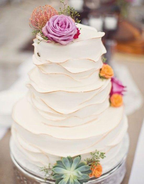 O ruffled cake é um bolo com textura de babados, que podem ser delicados e sutis ou bem contrastantes. Este modelo tem babados leves, que dão charme e romance à criação.