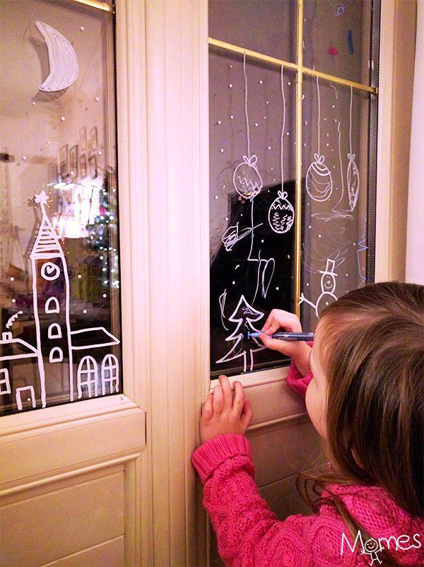 Dessiner des décorations de Noël sur les vitres de la maison