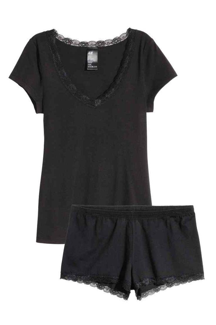 Pijama din jerseu: Pijama din jerseu moale, cu garnituri din dantelă. Bluza are mâneci scurte şi decolteu adânc. Pantalonii sunt scurţi şi cu elastic în talie.
