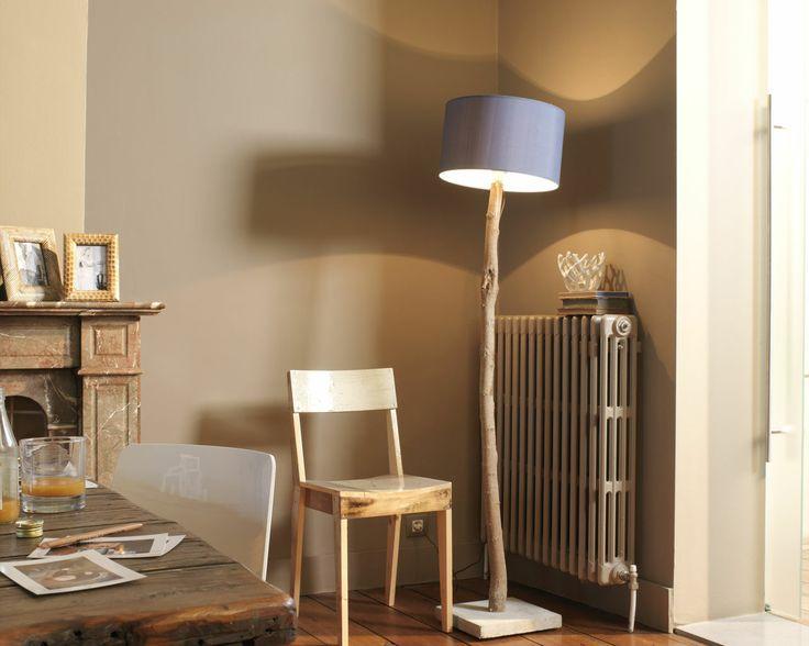 Réchauffez la salle à manger avec des teintes café. Le plancher d'un caramel profond et les murs couleur café donnent une ambiance cosy à cette salle à à manger.