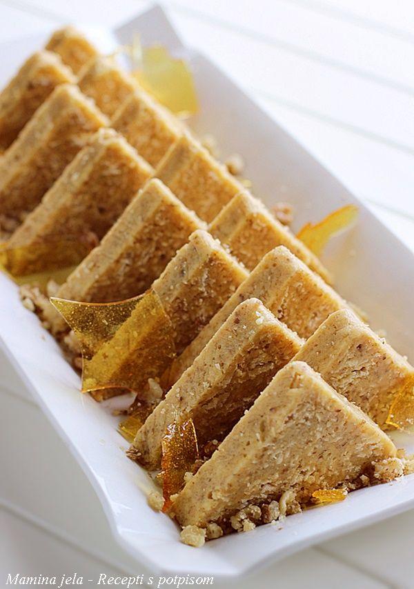 Sastojci   1 veliki list oblatne   150 g. + 100 g. šećera  150 g. oraha  150 g. maslaca  4 žumanca           Priprema   List oblatne st...