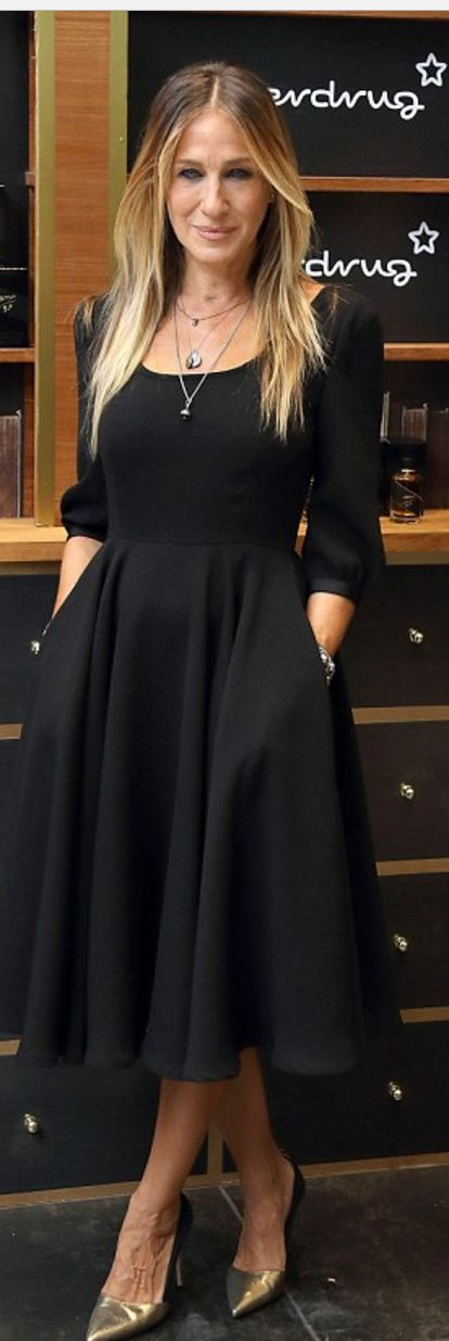 Who made  Sarah Jessica Parker's black dress and pumps?