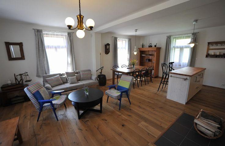 Velká část vybavení místnosti, například skříň, polička, gauč, šicí stroj a stolek pod televizí (dříve kuchyňský stůl) jsou původní.