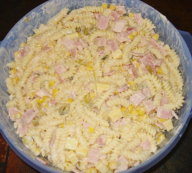 Geheime Rezepte: Nudelsalat mit lecker Geheimsoße (Nudelsalat mit Mais, Schinken, Käse, Gurken)