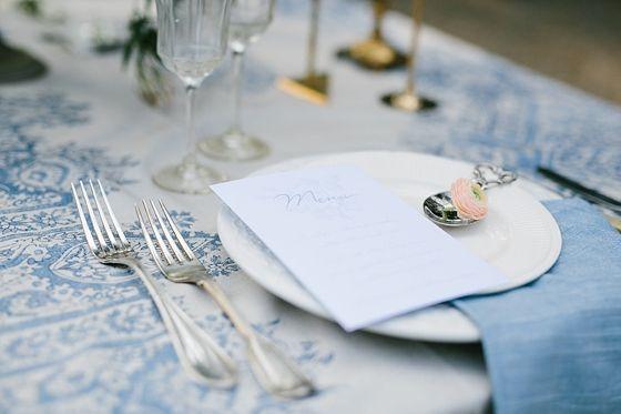 Bijzonder zilveren bestek op een mooie blauwe tafel accessoires erbij. Photography by: Jennifer Hejna (http://www.jenniferhejna.com/) - Stationery: Stijlvolletrouwkaarten (http://stijlvolletrouwkaarten.nl/) .