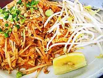 Las veces que he viajado a Tailandia he notado que los tailandeses son fanáticos de los tallarines de arroz con salsa de tamarindo y chiles.  Al plato le llaman «Pad Thai» y usted lo puede comer en cualquier restaurante Tailandés de su país. Es un plato exquisito y uno de mis favoritos.