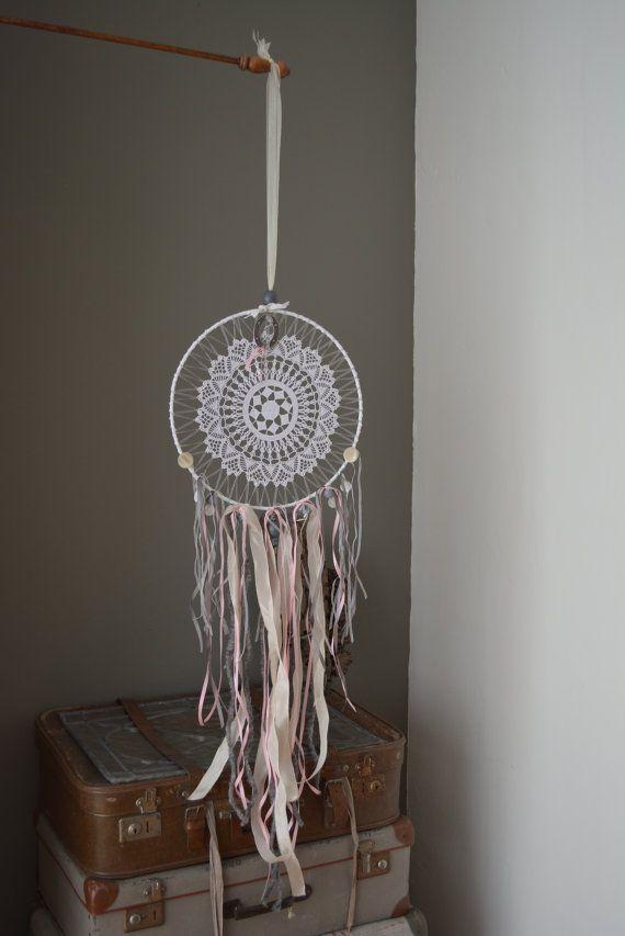 Vintage lace Dream catcher --- Dromenvanger met een vintage kanten doily in grijs, zacht roze, zacht paars, wit en creme tinten---Mooi cadeau of een verfijnde decoratie