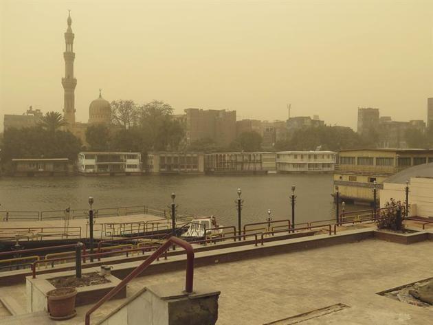. EL CAIRO, 11/02/2015.- Vista de una parte de El Cairo en medio de una fuerte tormenta de arena que ha golpeado a varias partes de Egipto. EFE/Edu Marín
