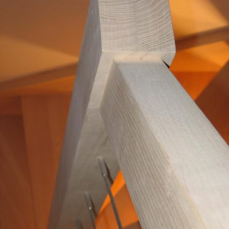 Escalier en frêne 2/4 tournant, rampe sur rampe, sans contre marche. Rampe intérieur, limon droit et rampe extérieur limon segmenté. Rampe et garde corps moderne, en câble inox avec tendeur invisible. Finition : arêtes vives.