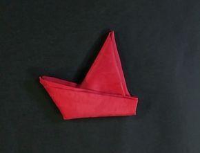 Ce pliage de serviette en forme de bateau à voile, à disposer dans les assiettes, décorera votre table en un tour de main !
