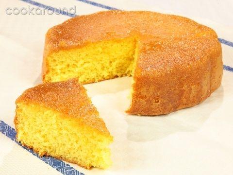 Torta al limone bagnata con sciroppo al limone