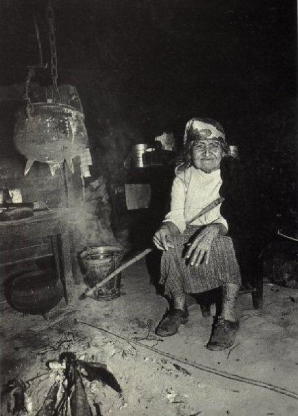 Al lado del fuego.