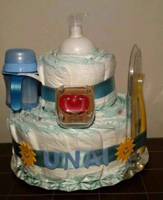 Tarta de pañales con diferentes accesorios para darle la bienvenida a Unai!!
