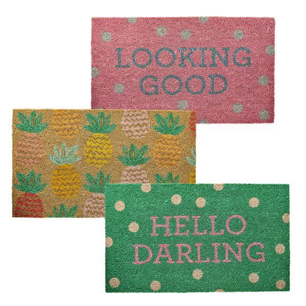 Diese Fußmatten begrüßen den Hausbesitzer oder Gast schon in der Tür mit fröhlichen Farben und/oder einem süßen Spruch. Gibt es eine schönere Art, begrüßt zu werden? Im pinkmilk Shop kannst du zwischen 3 Varianten wählen.