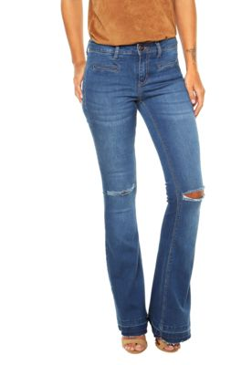 Calça Jeans Calvin Klein Jeans Flare Rasgos Azul, com lavagem estonada, rasgos propositais, desfiados nas barras, pespontos aparentes, cinco bolsos, e cinco passantes no cós. Possui modelagem flare e fechamento por botão e zíper.Confeccionada em jeans 98% Algodão e 2% Elastano.Medidas: Cintura: 70cm/ Quadril: 86cm/ Gancho: 21cm/ Comprimento: 109cm/ Tamanho: 36.Medidas da Modelo: Altura: 1,74m / Busto: 86cm/ Cintura: 67cm / Quadril: 92cm.