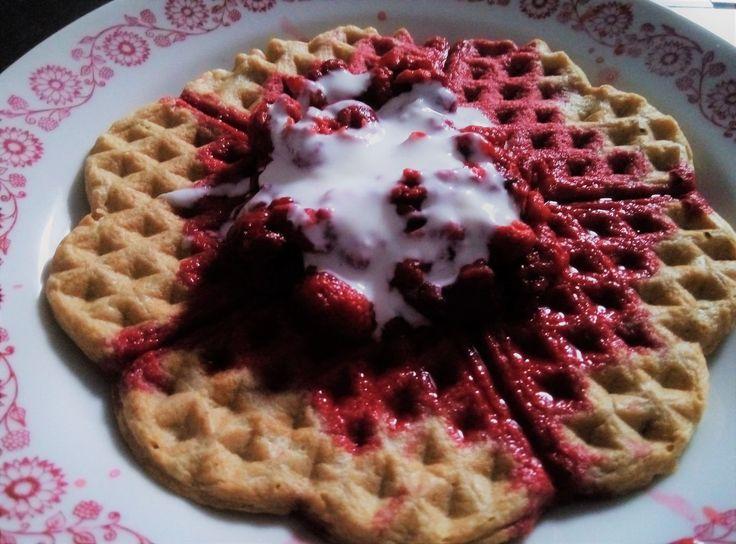 Málnás gofri: Tészta: 2 kék mérőnyi zabpehely: 2 lila 1 tojás: 0,75 sárga kókuszreszelék: 0,5 narancs kókusztej: 1 kék kevés édesítő turmixgépben összedolgozni. Tetejére: fagyasztott málna: 1 piros kevés joghurt és édesítő.