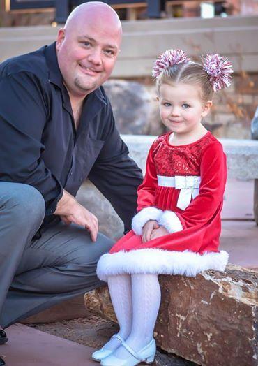 Быть отцом-одиночкой для трехлетней девочки – задача не из легких, но Грег Викхерст из городка Пуэбло (штат Колорадо, США) справляется с этим на ура. Он разошелся с женой год назад, и с тех пор его трехлетняя дочь по имени Иззи большую часть времени живет с ним. А это значит, что ему приходится вникать во все тонкости девчачьей жизни, например, учиться делать прически.