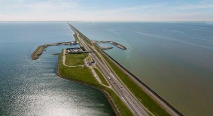 Icoon Afsluitdijk door ontwerper Daan Roosegaarde In opdracht van de minister van Infrastructuur en Milieu, Melanie Schultz van Haegen, maakt ontwerper Daan Roosegaarde een uniek ontwerp genaamd Icoon Afsluitdijk.