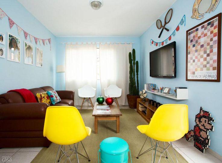 O tom das paredes é responsável por criar uma atmosfera confortável e quebrar a sobriedade do marrom do sofá e dos móveis de madeira.Cores fortes temperam o cenário: o amarelo tinge duas cadeiras, o turquesa destaca o pufe, e, sobre o estofado, sobressaem as almofadas coloridas (Humbird, 50 x 35 cm. Tok & Stok ) e uma manta vermelha (Pernambucanas).Tinta acrílica: Azul Céu (ref. 09), da Sherwin-Williams.Reportagem Visual Juliana Corvacho