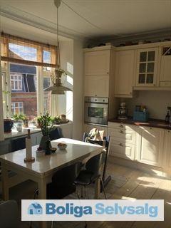 Tranevej 4, 4. th., 2400 København NV - 4-værelses lejlighed med køkkenalrum, stort badeværelse og brændeovn #ejerlejlighed #ejerbolig #kbh #københavn #nv #nordvest #selvsalg #boligsalg #boligdk