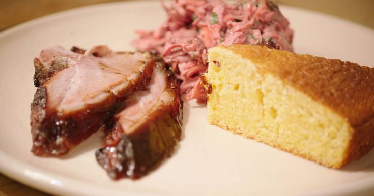 Vraag je slager naar een gepekelde en gekookte ham. Wrijf het vlees in met een zelfgemaakt glazuur en laat het dan ruim twee uur bakken op een niet te hete barbecue. In plaats van de traditionele coleslaw geeft Jeroener een salade van rode biet bij en een lekker maïsbrood.
