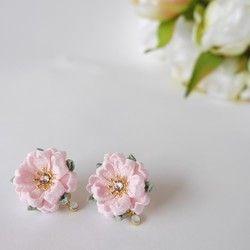 ☆受注制作になります☆ご入金から3日ほど頂戴致しますことをご了承いただいたうえで、ご注文いただきますようお願い致します。お急ぎの方はご注文の前にメッセージにてお問合せくださいませ。つまみ細工の桜のコームです。かわいらしい桜貝色の桜の花を大小5輪あしらって華やかに仕上がりました。アクセントとしてがくはローズがかった桜色を使用していますので大人っぽい印象です。花芯にはローズピンクのスワロフスキーがキラキラ輝きます。卒業式や入学式などイベントに、春のお出かけに是非どうぞ。謝恩会や結婚式などのドレスアップにもいかかでしょうか。生地はやわらかな光沢のある一越ちりめんを使用しておりますので、お着物に合わせていただきやすいと思います。サイズ:  横8cm × 縦 7㎝…