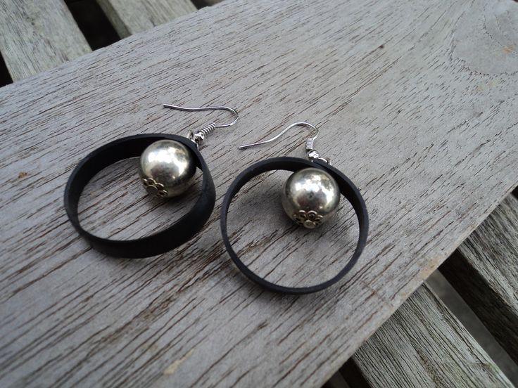 Boucles d'oreille en chambre à air recyclée et perle métal : Boucles d'oreille par rustines-et-cie Trouvé sur: http://www.alittlemarket.com/boucles-d-oreille/fr_boucles_d_oreille_en_chambre_a_air_recyclee_et_perle_metal_-11863077.html