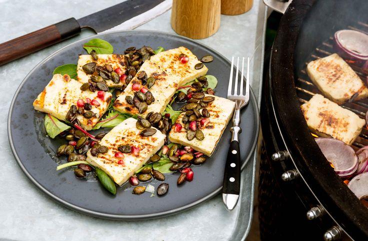 En ljuvlig sallad med grillad halloumi, rostade pumpafrön och smakrik vinägrett. Perfekt som tilltugg eller enklare förrätt!