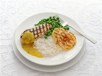 MAGGI > Recept > Gegrilde kipfilet en ananas met kerriesaus, doperwten en rijst